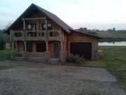 Будинок на березі ставка з рибою
